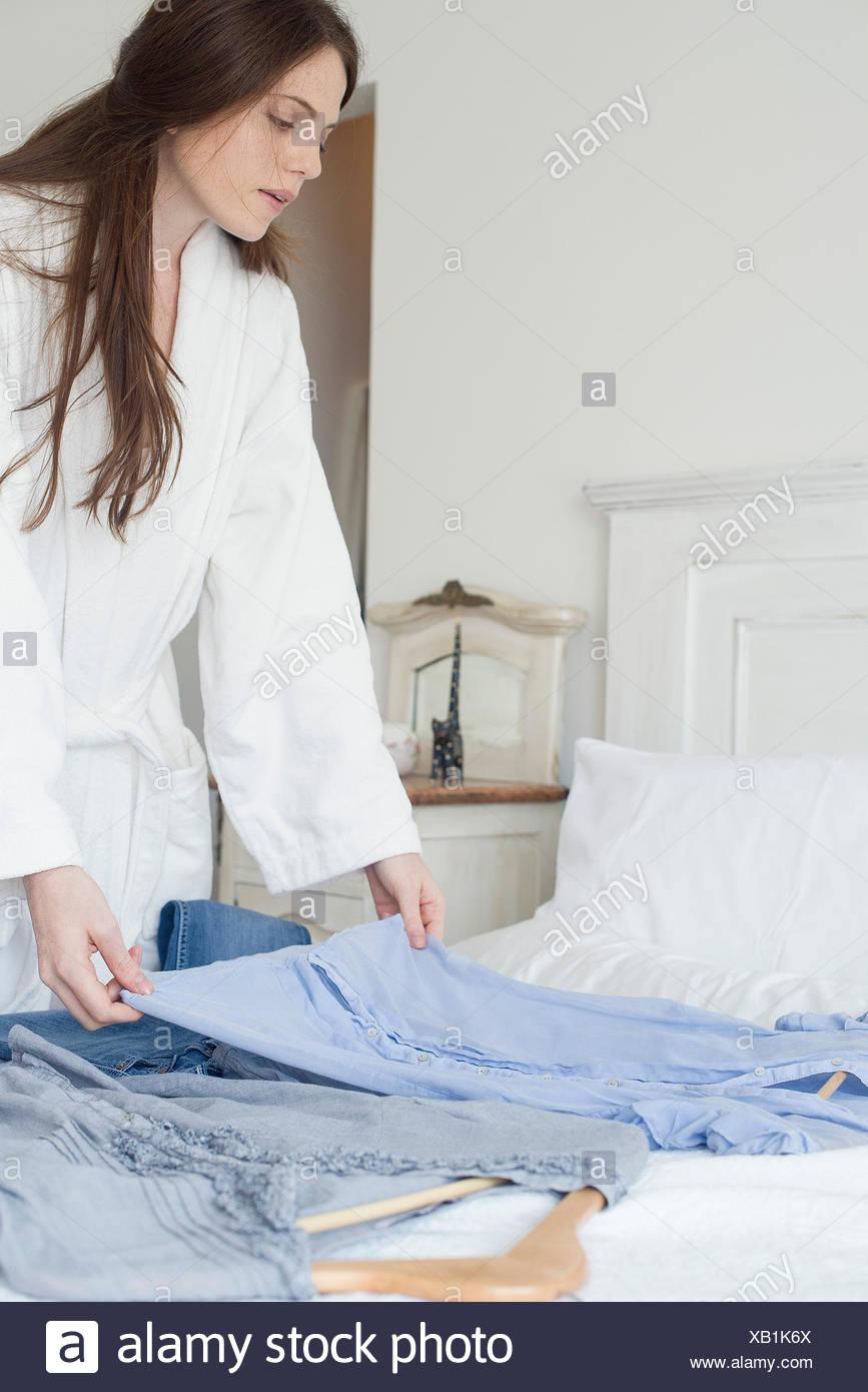 La donna la scelta di abbigliamento da indossare Immagini Stock