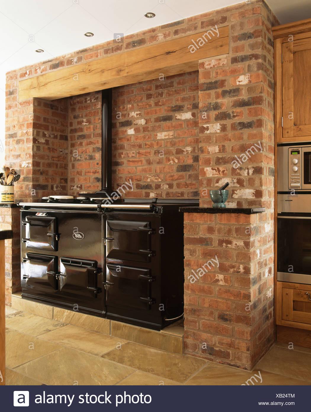 Nero doppio Aga forno in mattoni a vista parete in cucina di ...
