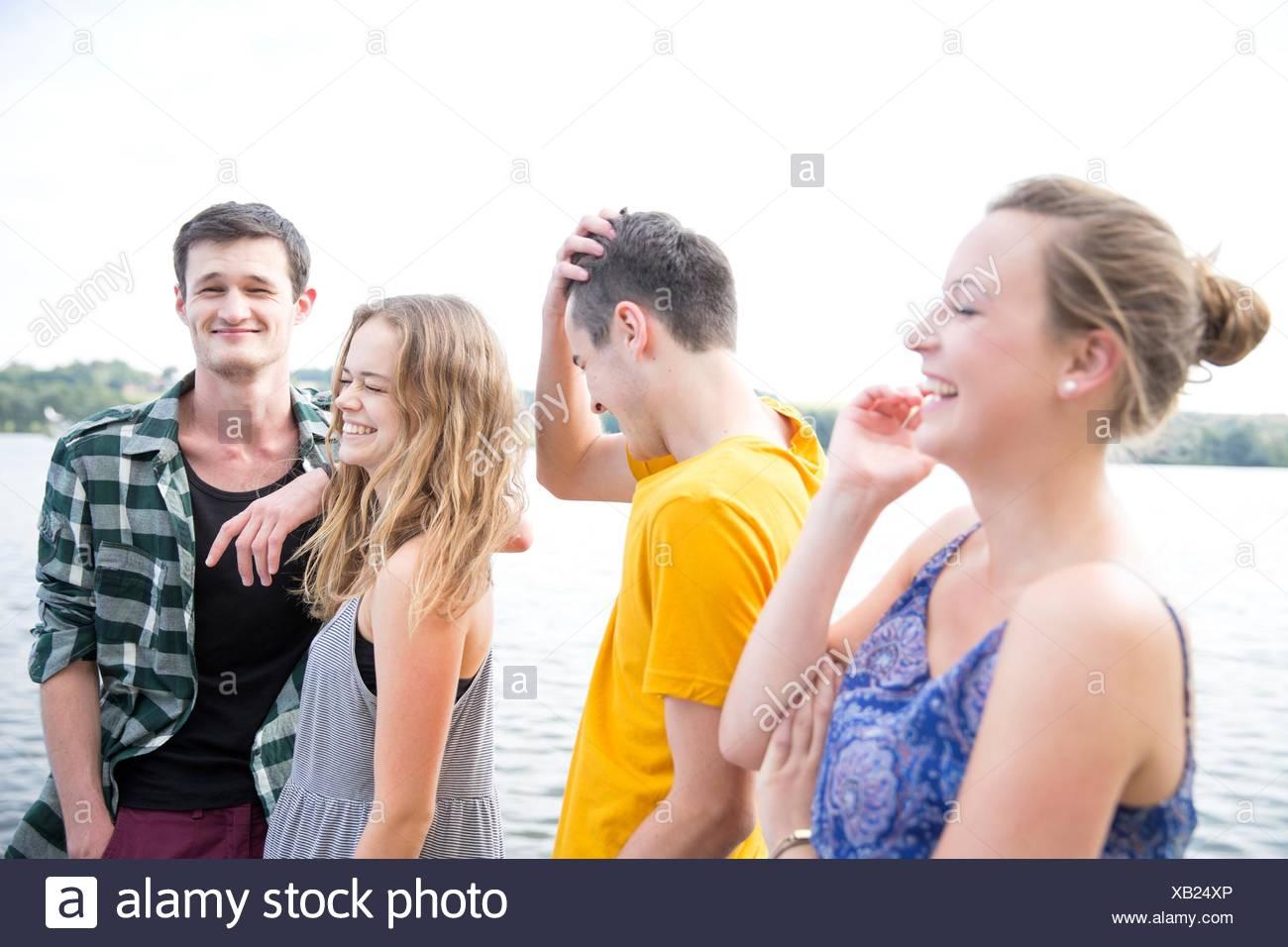 Un gruppo di giovani adulti, all'aperto, ridendo Foto Stock