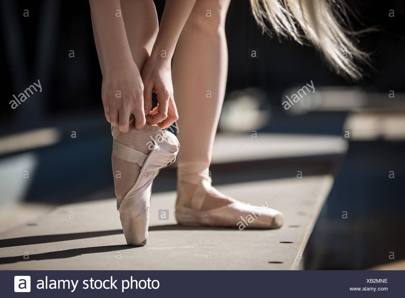 Legatura a ballerino pointe shoes Immagini Stock