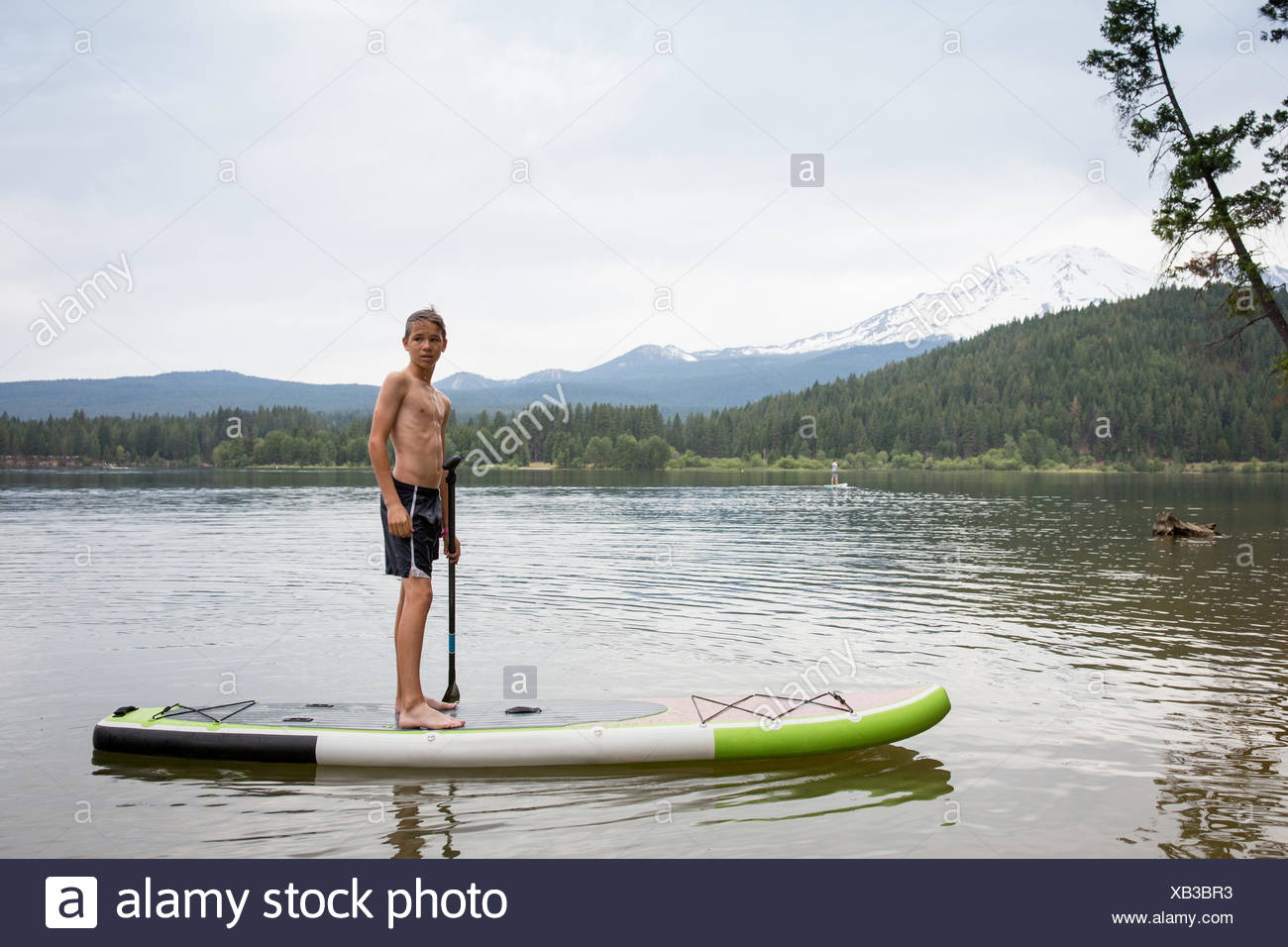 Ragazzo adolescente su paddleboard Immagini Stock
