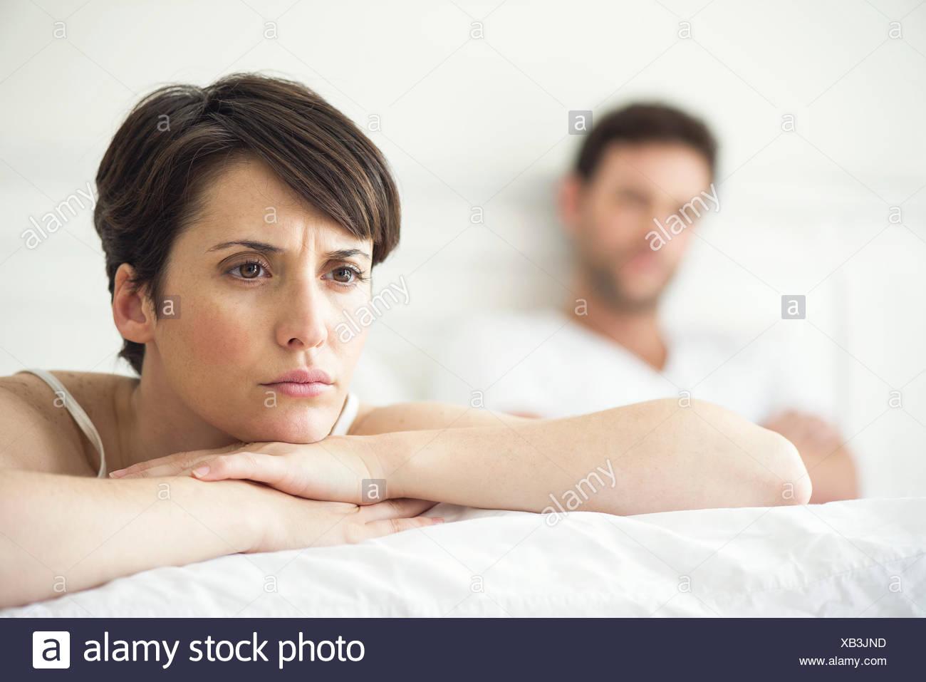 Paio di non parlare dopo il disaccordo in bed Immagini Stock