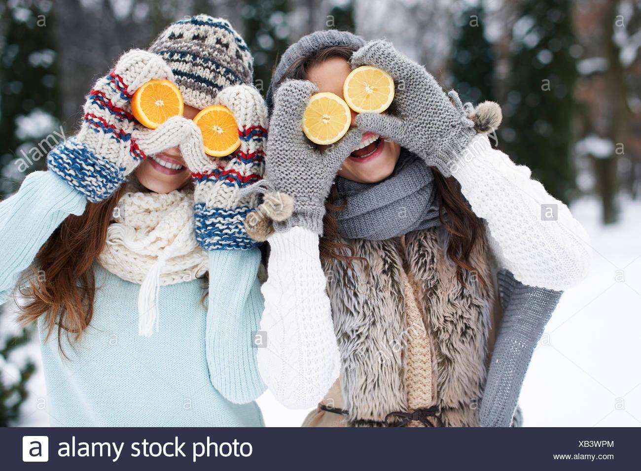 Funny ragazze con vitamine naturali in inverno. Debica, Polonia Immagini Stock