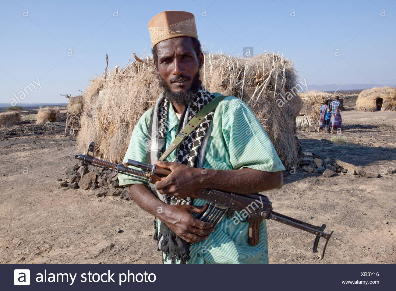 Vulcano Ertale, volcanical, Africa, capanna, guardia, uomo, mitragliatore Immagini Stock