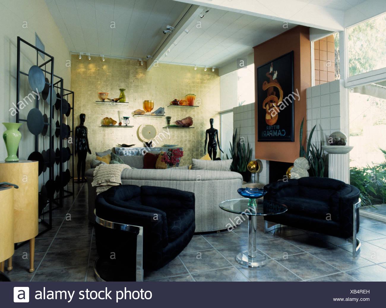 Poltrone nere e piedistallo di vetro tavolo in soggiorno moderno con ...