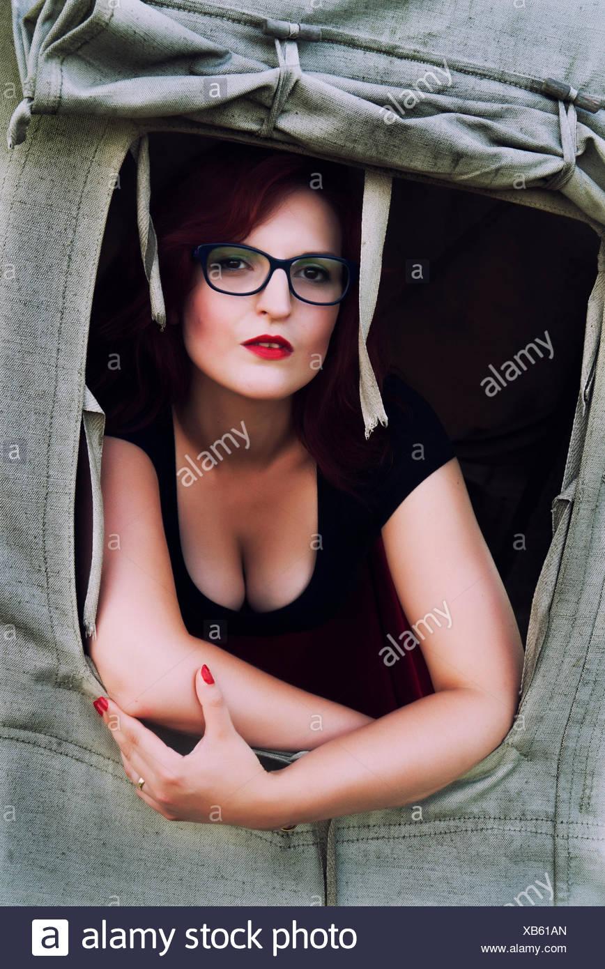 Donna appoggiata al di fuori di un tenda Foto Stock