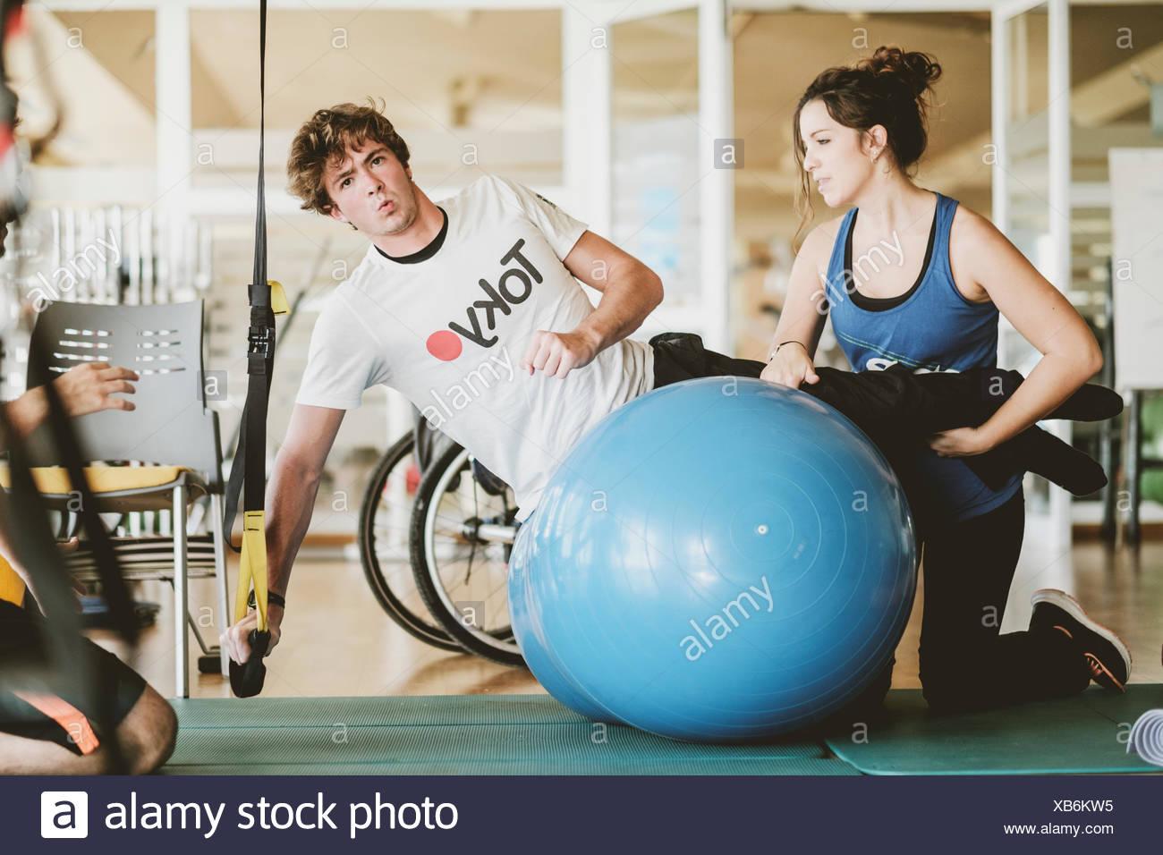 Metà uomo adulto pratica con manubri durante la sessione di fisioterapia Foto Stock