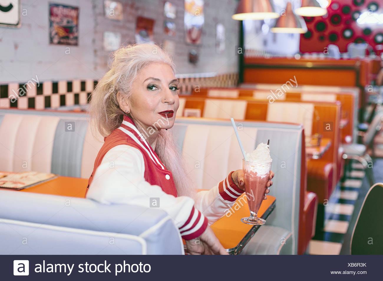 matura negli donna anni Ritratto giacca in con di baseball frullato Egqzqn18