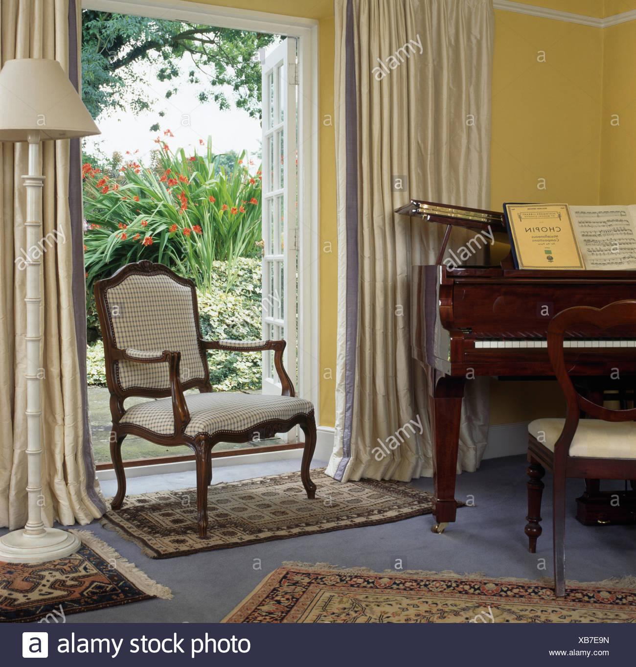Stile Francese sedia davanti aprire finestre Francesi con drappi ...