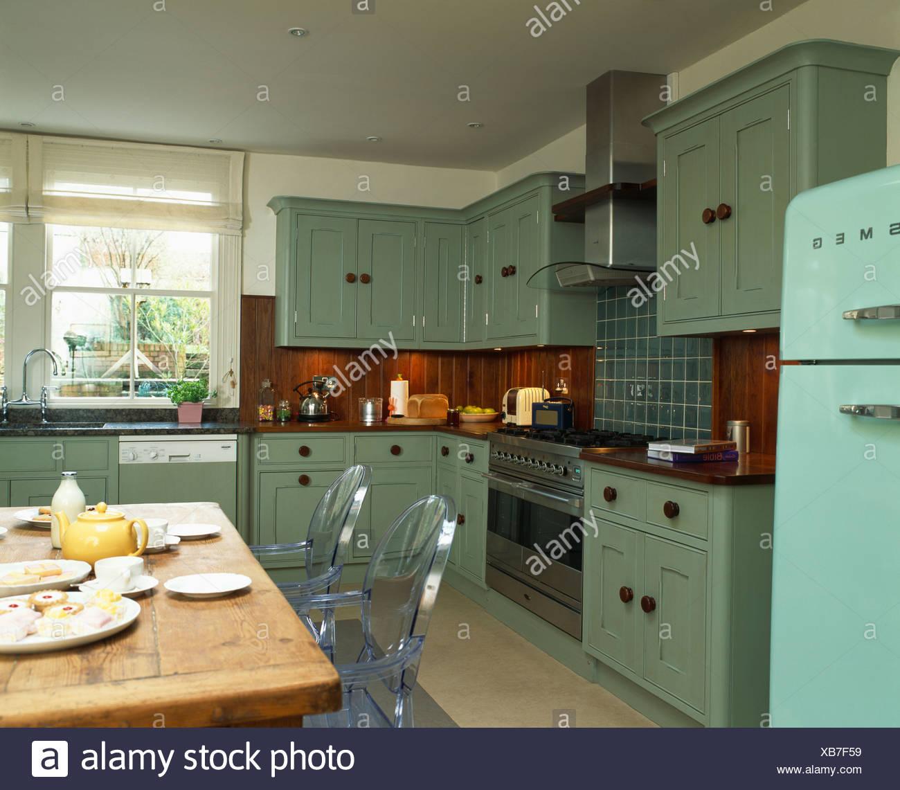 Philippe Starck \'fantasma\' sedie a pino antico tavolo in cucina di ...