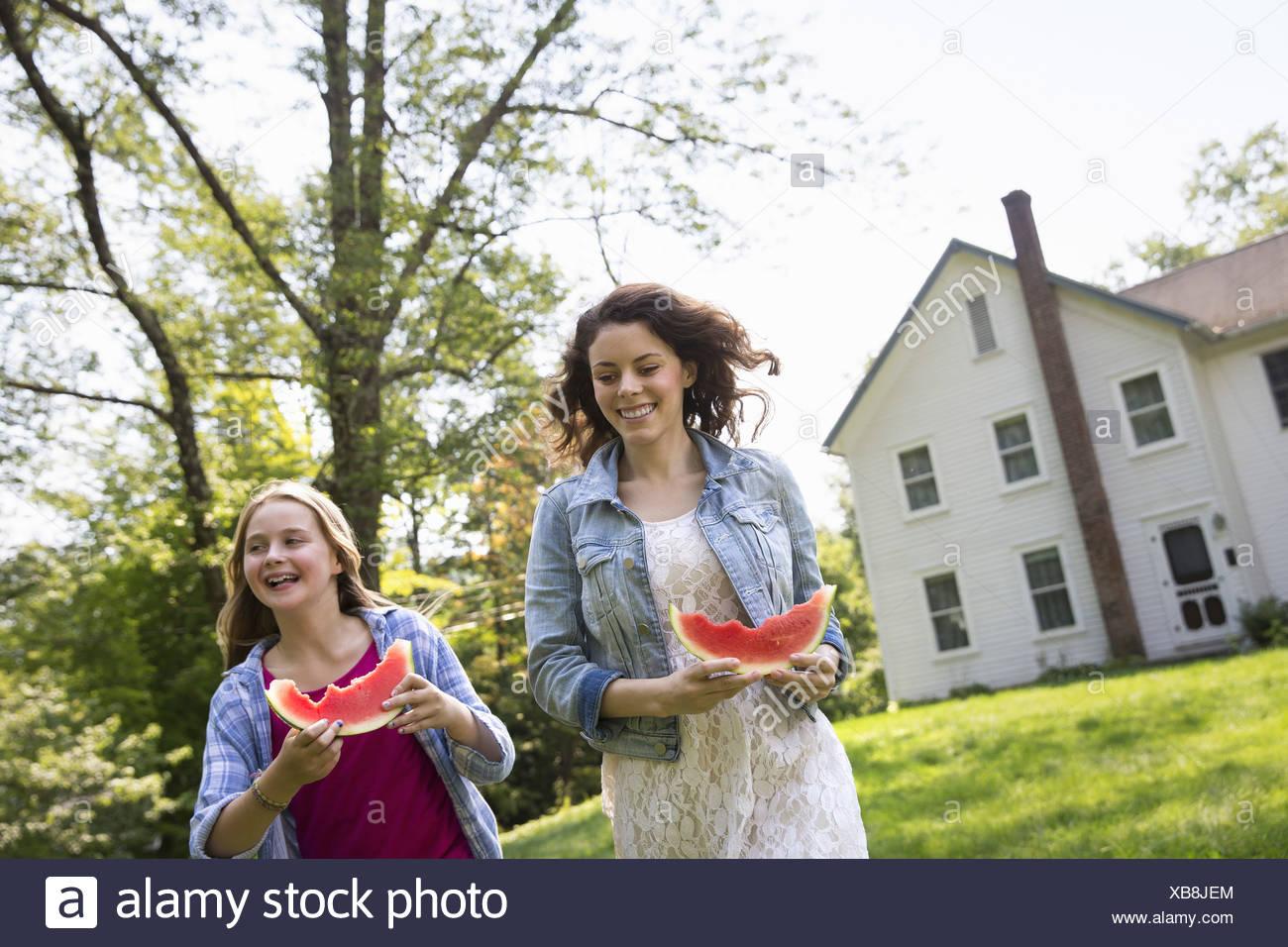Una famiglia estate garing presso un'azienda. Un pasto condiviso un rientro in patria. Immagini Stock