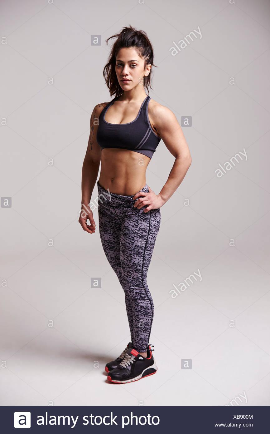 A piena lunghezza Ritratto di muscolare, dai capelli scuri giovane donna Immagini Stock