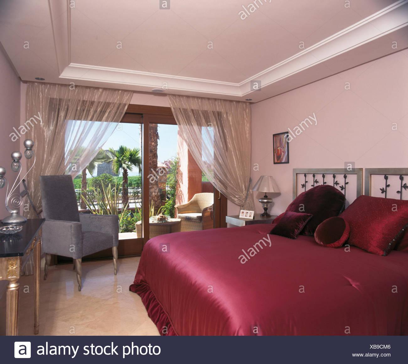Rosa scuro satinato coperchio letto sul letto in spagnolo camera da ...