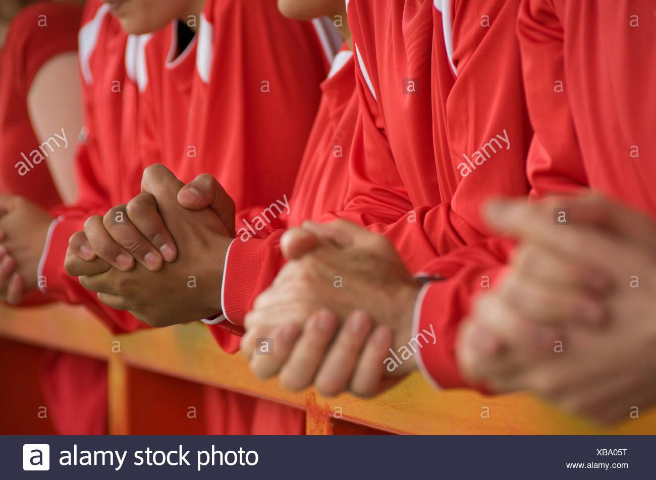 Close up dei tifosi di calcio mani Immagini Stock