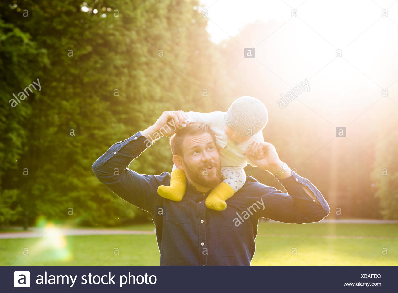 La Svezia, skane, Malmo, padre figlio di contenimento (18-23 mesi) in posizione di parcheggio Foto Stock
