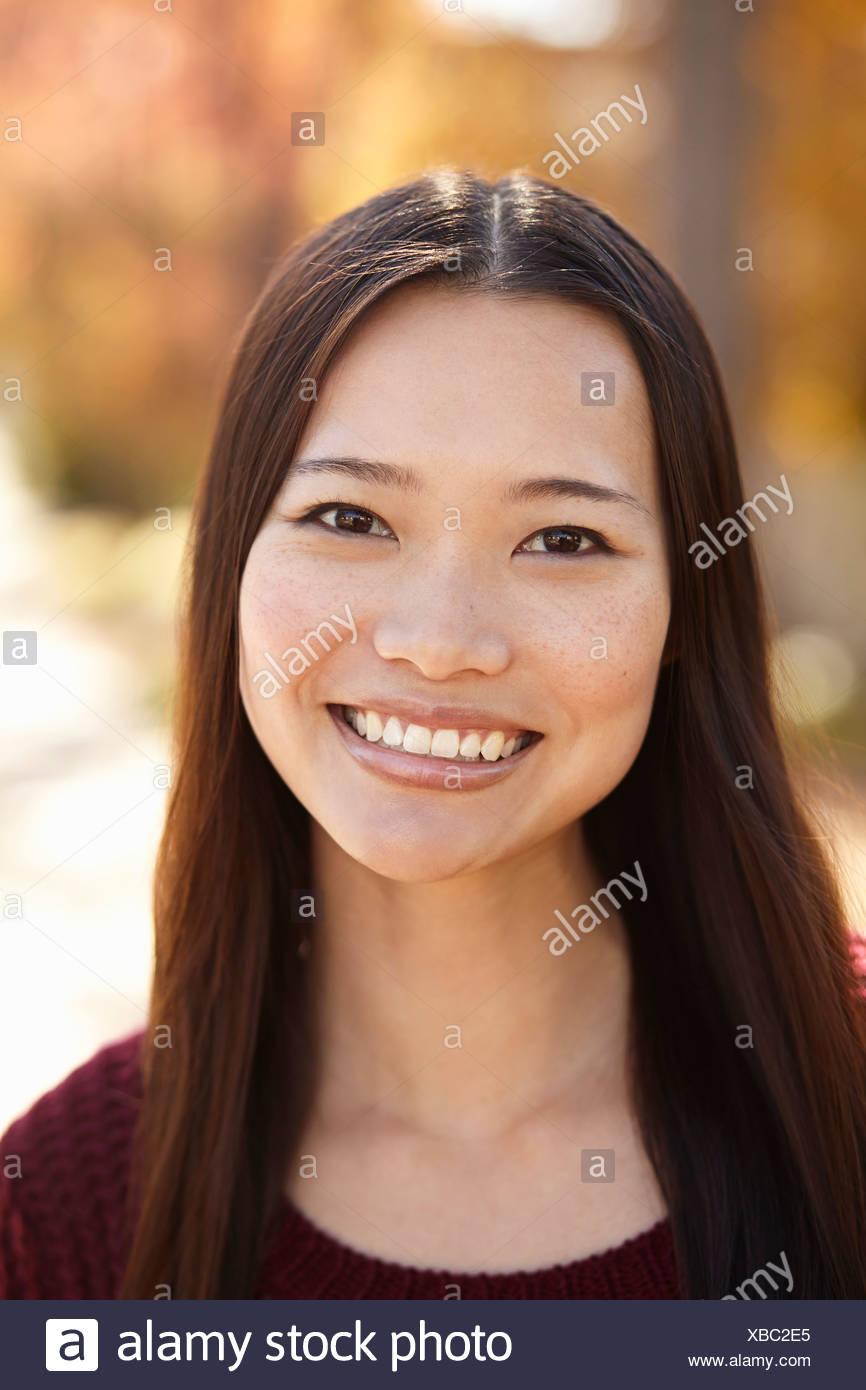 Ritratto di giovane donna in posizione di parcheggio Immagini Stock