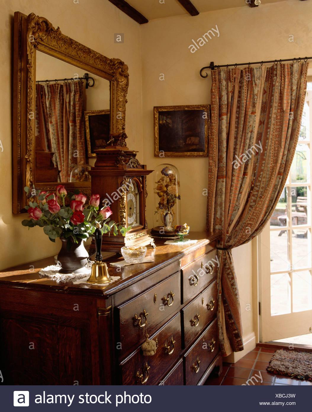 In legno grande specchio incorniciato sopra cassettiera - Specchio grande ...