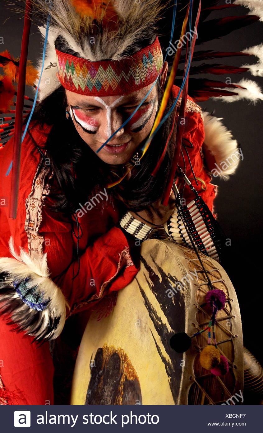 Ben vestito,tamburi,ballare,american cultura tribale Immagini Stock