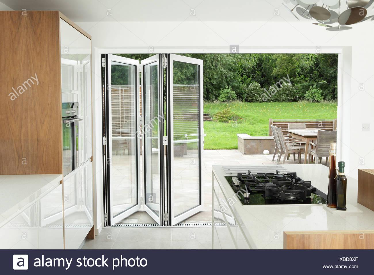 Cucina con aprire le porte del patio Immagini Stock
