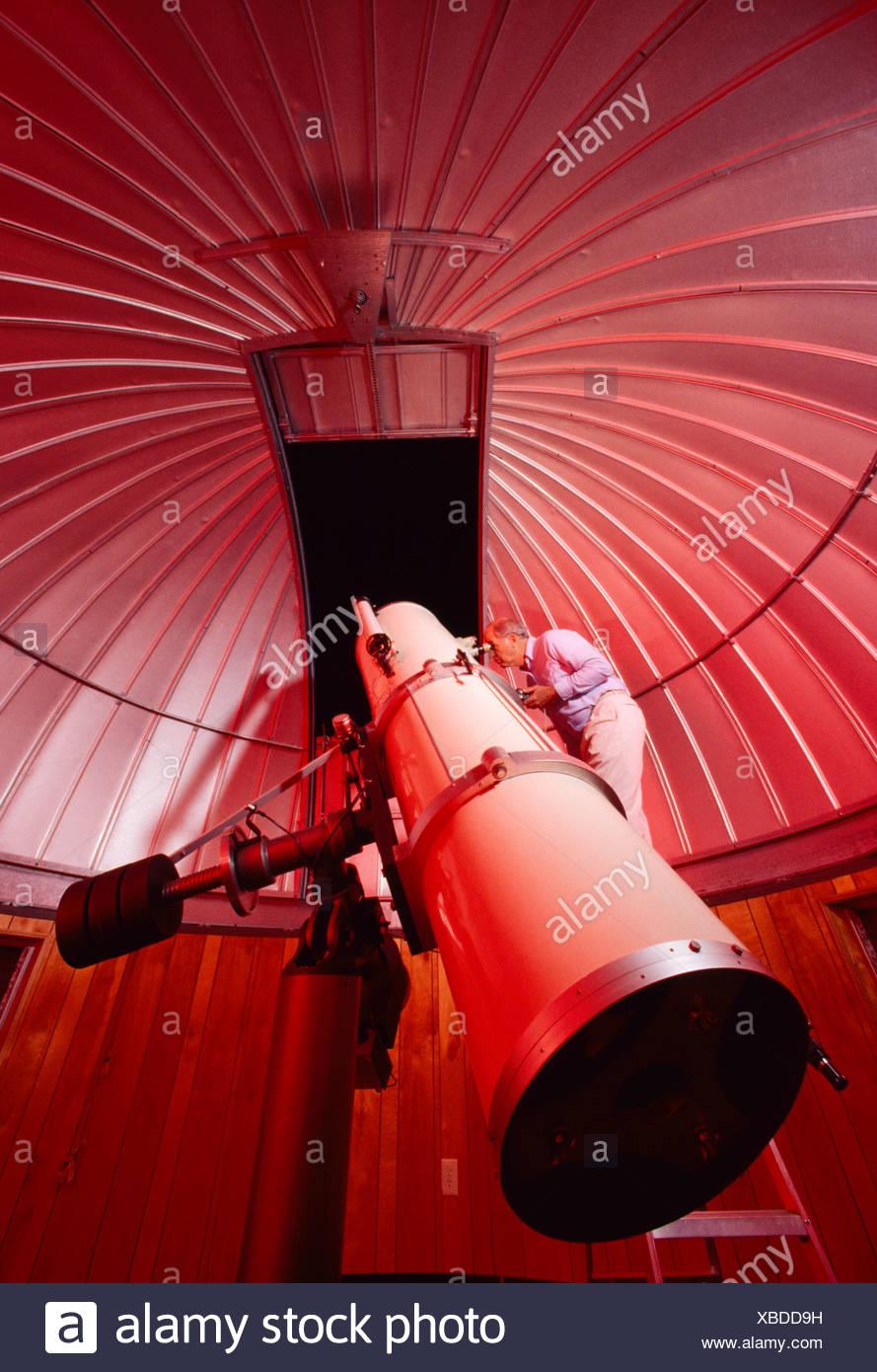 Astronomia - un astronomo dilettante opinioni il cielo notturno attraverso la 18' riflessione newtoniano telescopio tipo che egli ha costruito / STATI UNITI D'AMERICA. Immagini Stock