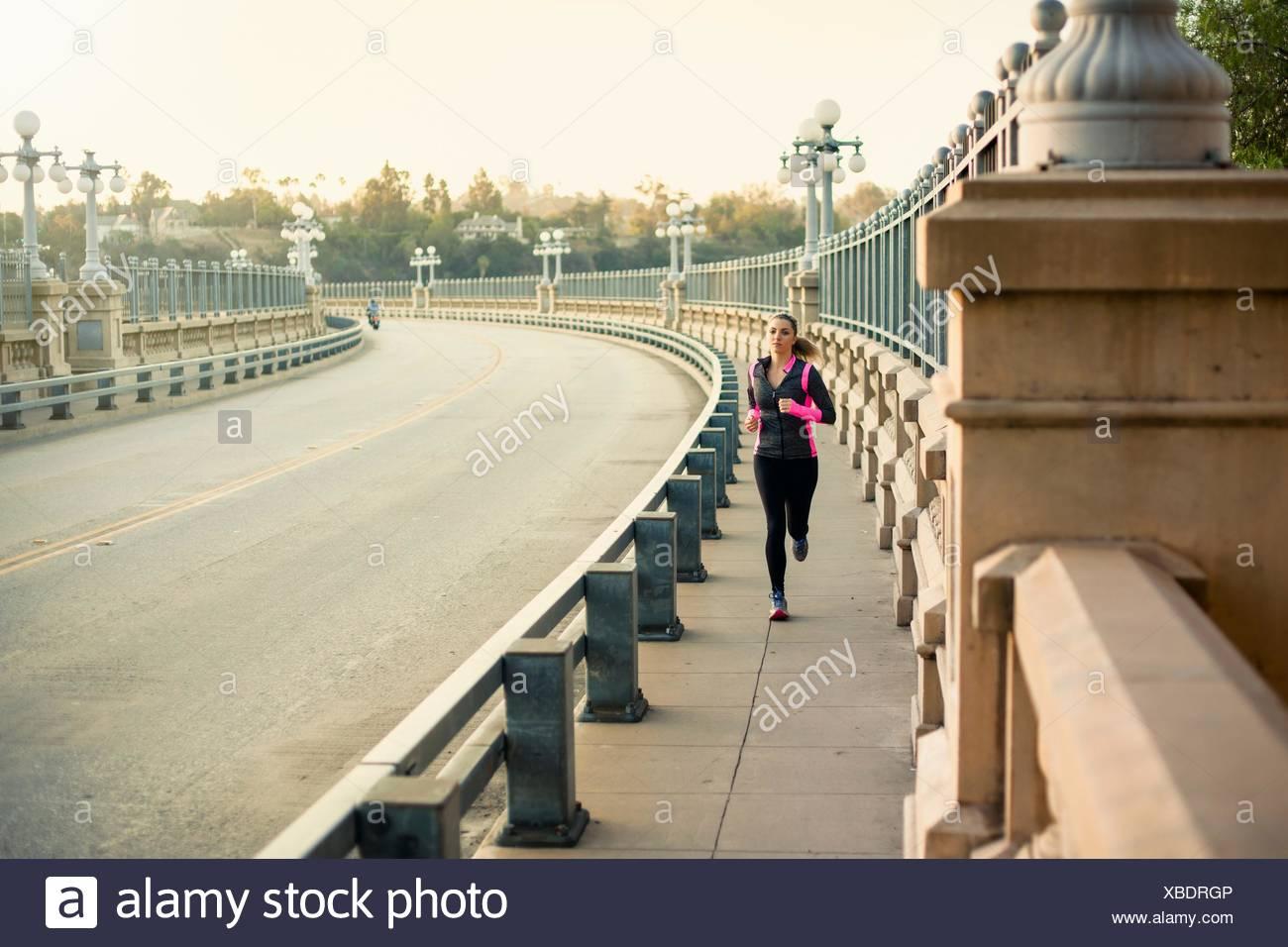 Esecuzione del pareggiatore sul ponte, Arroyo Seco Park, Pasadena, California, Stati Uniti d'America Immagini Stock