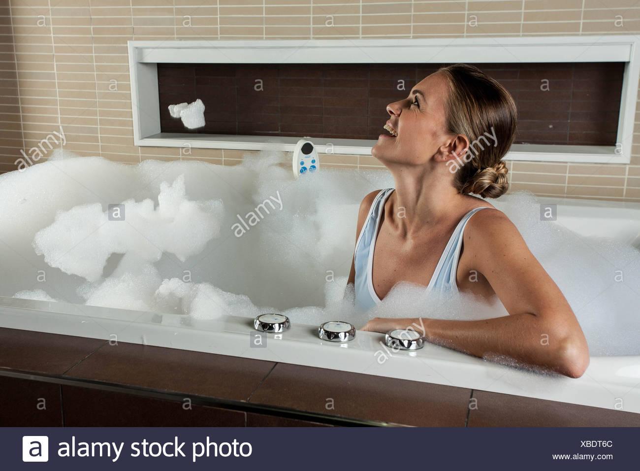 Donna Dentro La Vasca Da Bagno Foto Stock Alamy
