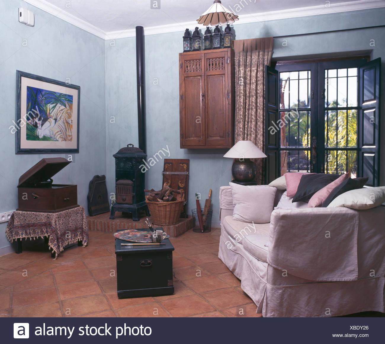 Bianco copre allentato sul divano in blu pallido spagnolo soggiorno ...
