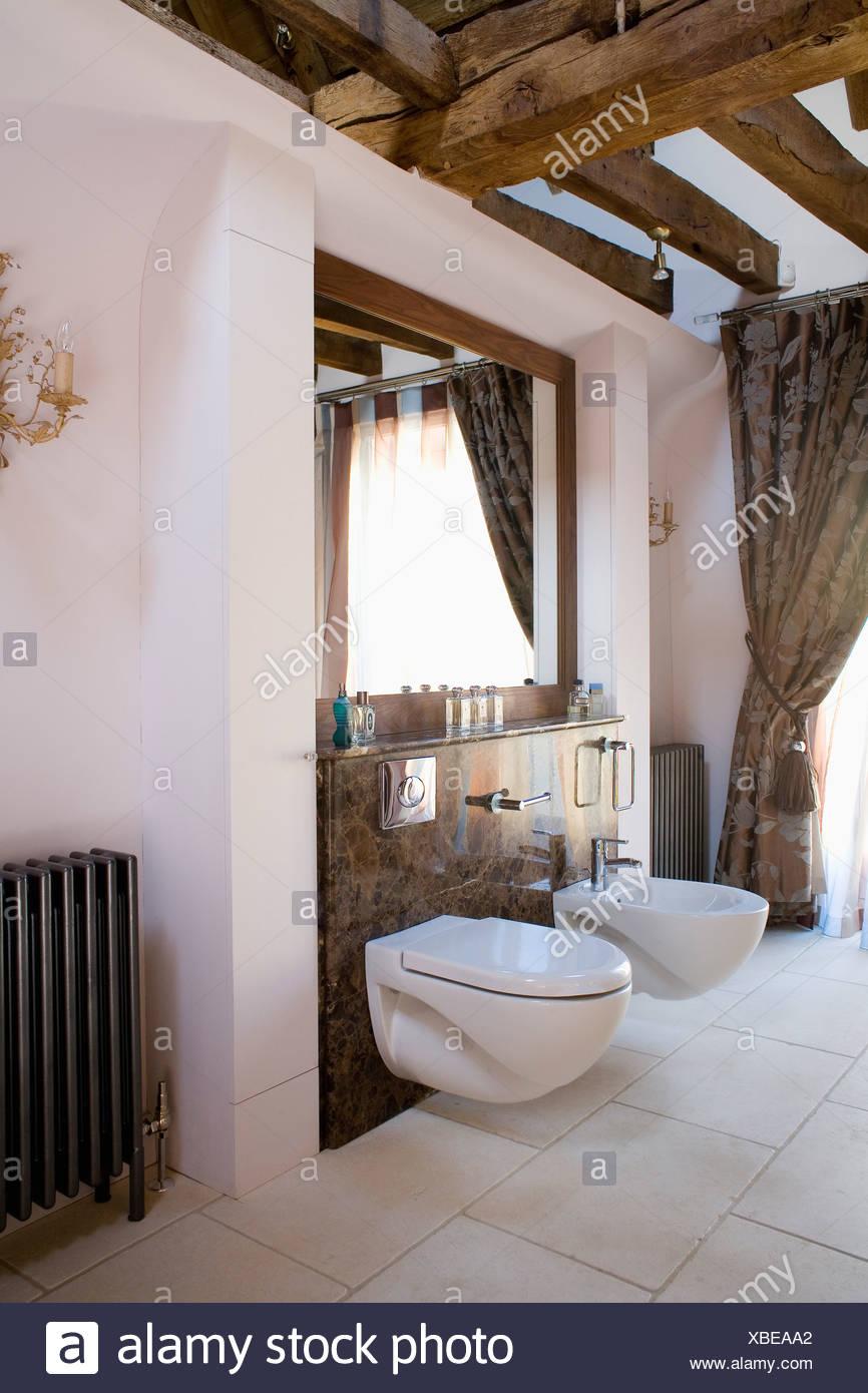 Soffitto Travi A Vista bidet e wc in moderno bagno bianco con soffitto con travi a