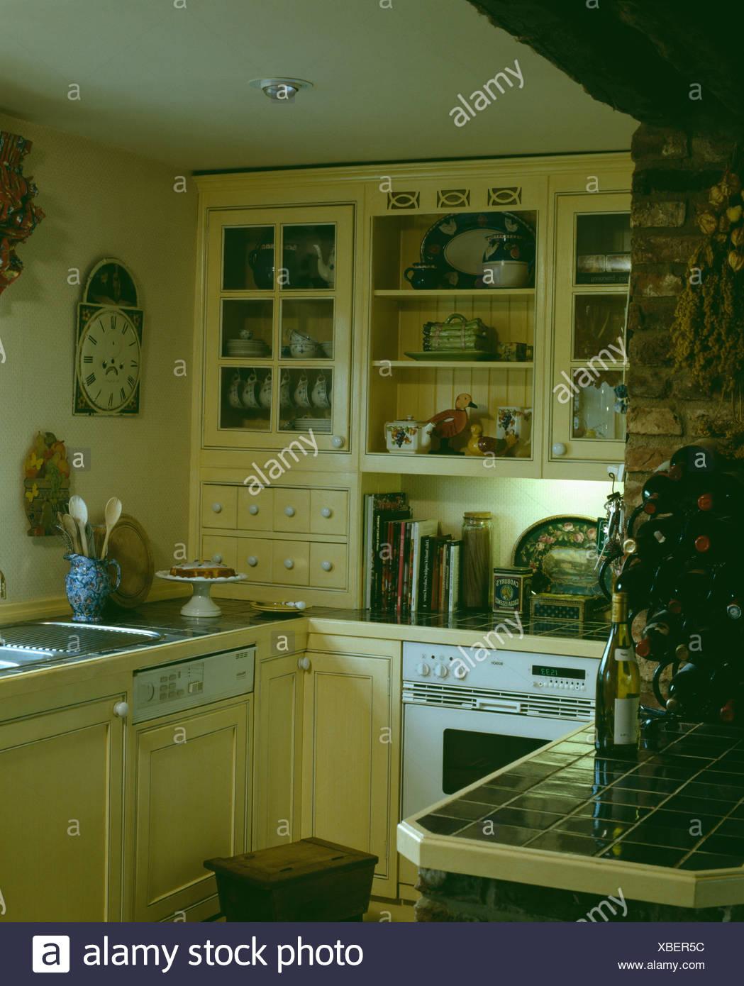 Piccola cucina con colore giallo pallido e unità di lavastoviglie ...