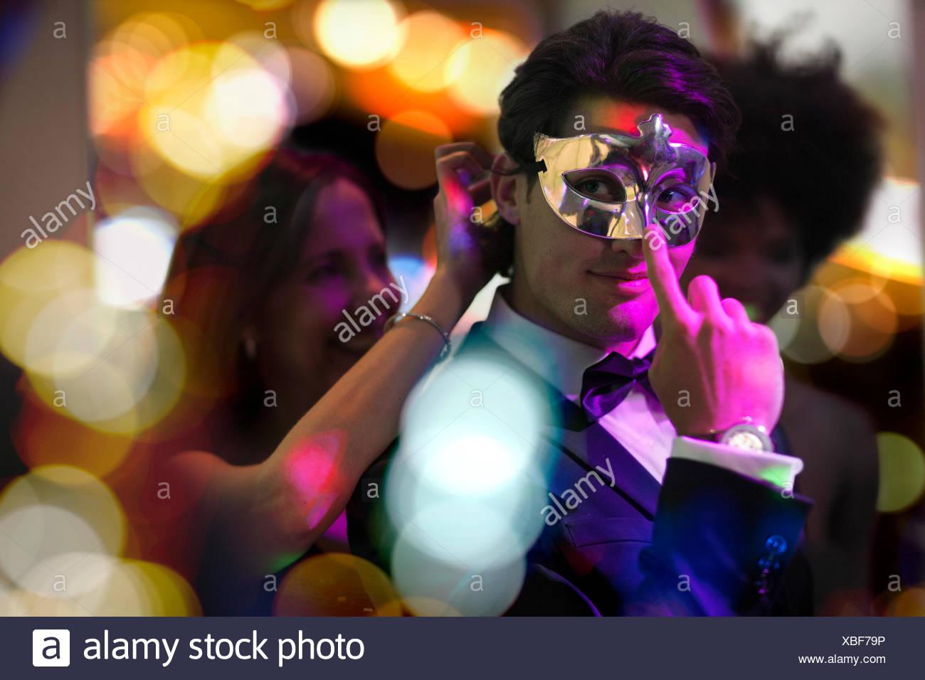 Uomo su una festa in costume che indossa una maschera Immagini Stock