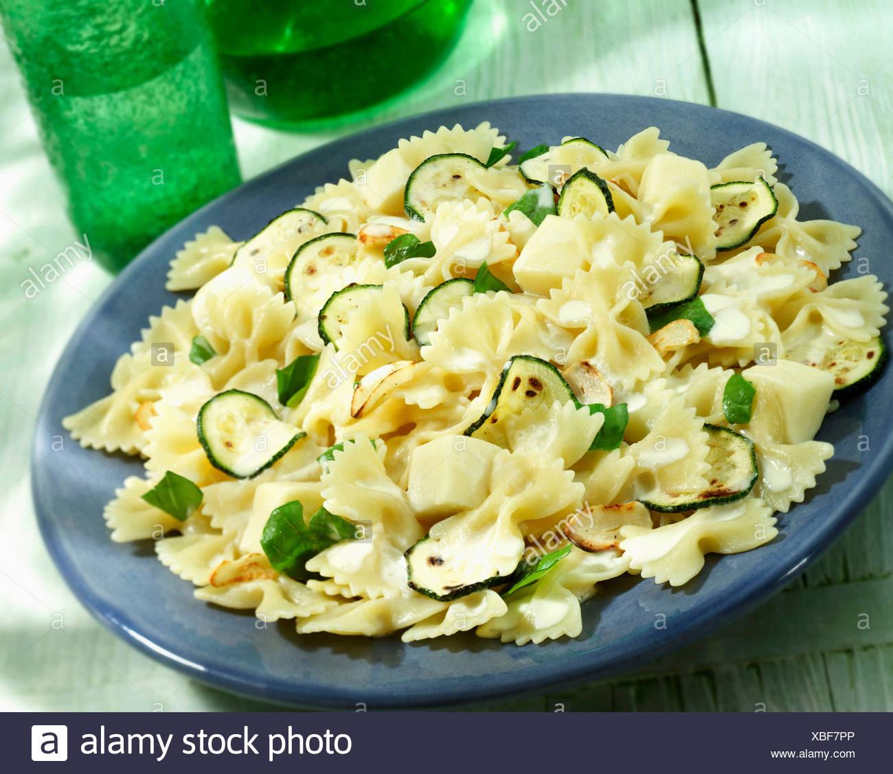 Terrina di zucchine e mozzarella Farfalle Immagini Stock