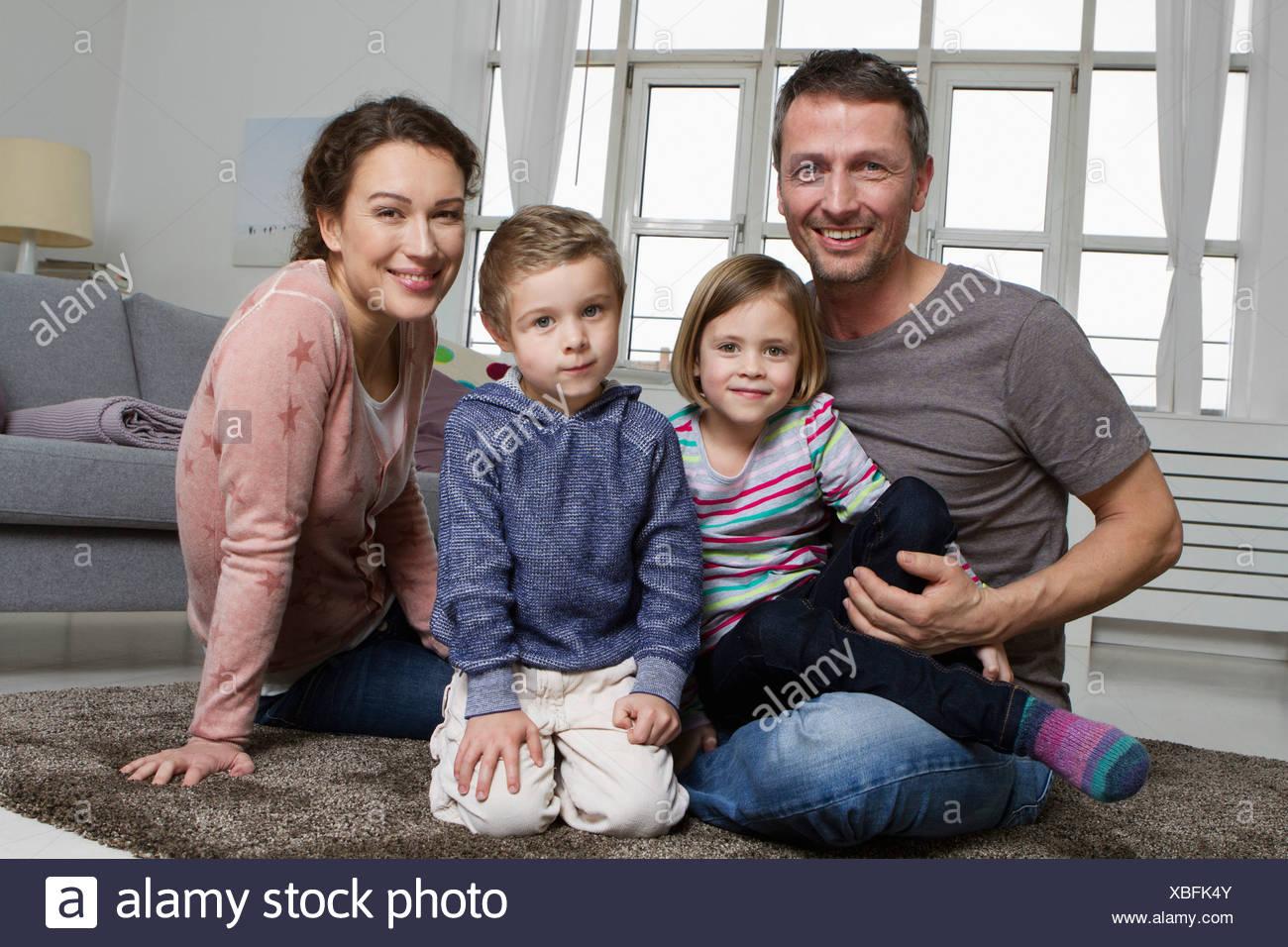 Felice famiglia di quattro persone in soggiorno Foto & Immagine ...