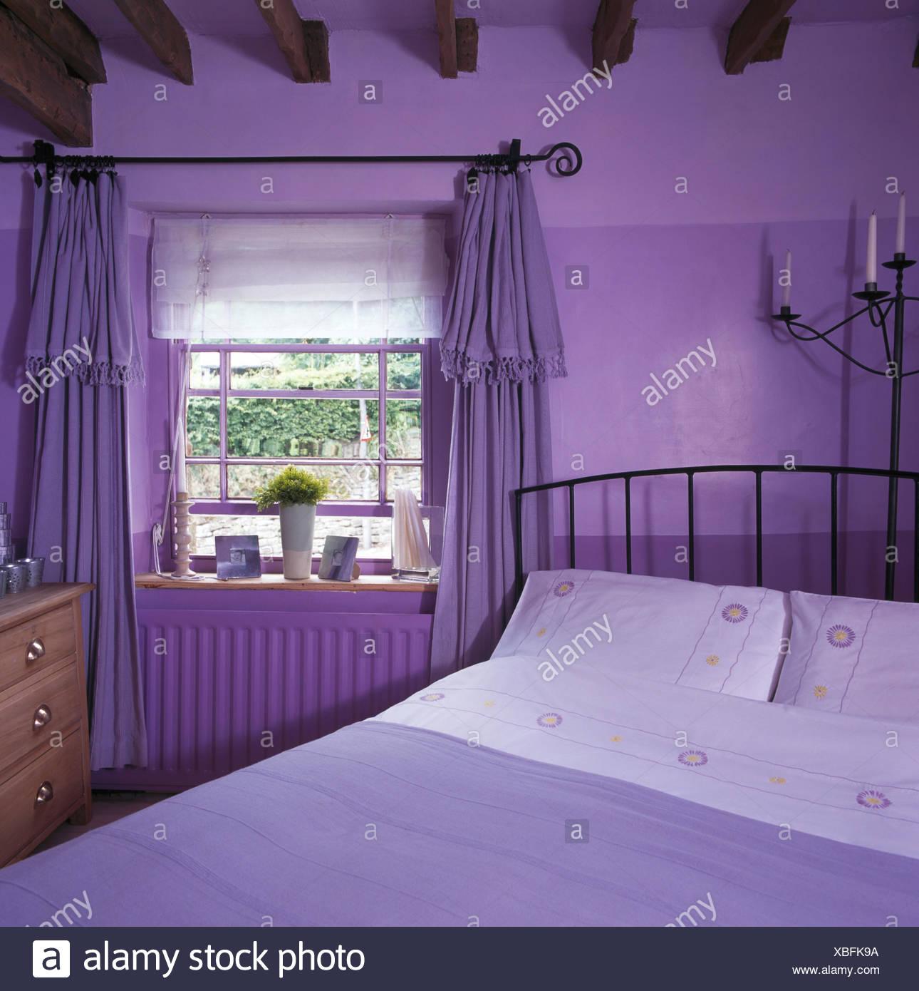 Un tema di colore viola degli anni Novanta camere da letto luminose ...