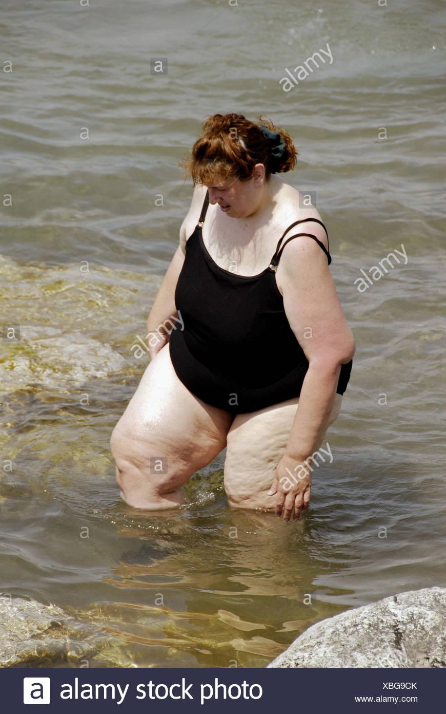 Donna obesa wading in acqua che indossa un costume da bagno foto immagine stock 282485747 alamy - Costume da bagno inglese ...