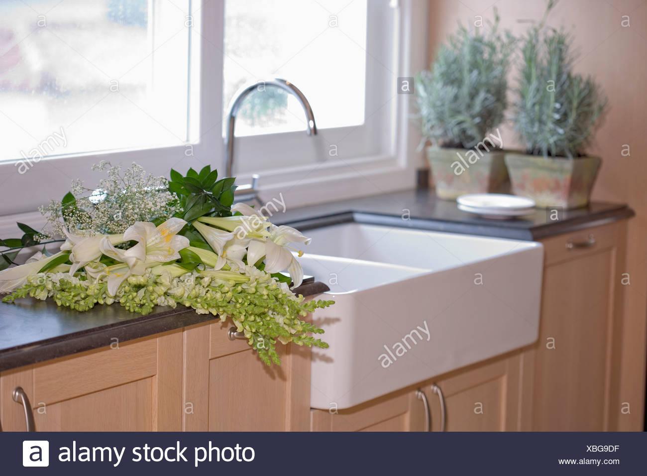 Lavello Cucina In Porcellana gigli bianchi fiori su unità da cucina con piano di lavoro