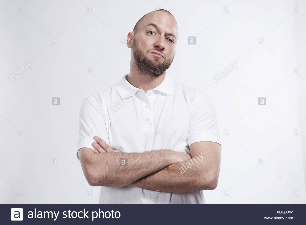 Metà uomo adulto con le braccia incrociate, ritratto Immagini Stock