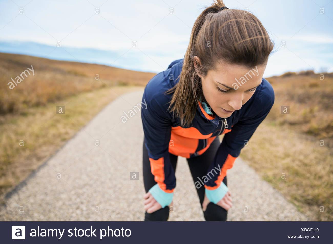 Runner in appoggio sul percorso rurale Immagini Stock