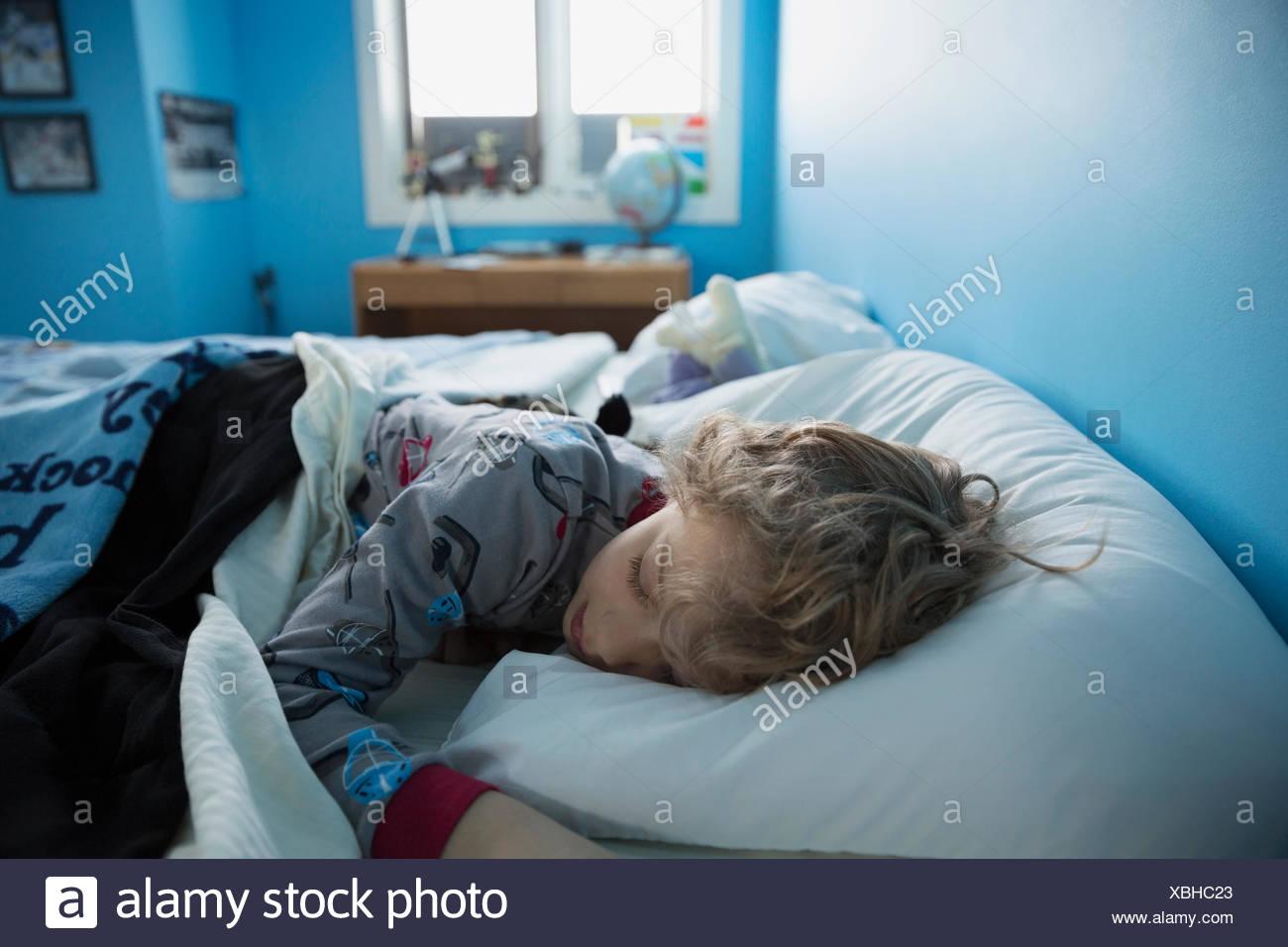 Bambino addormentato nel letto Immagini Stock