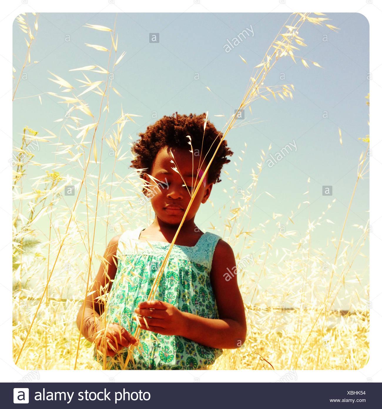 Stati Uniti, California, San Mateo County, Burlingame, ragazza in piedi in erba Immagini Stock