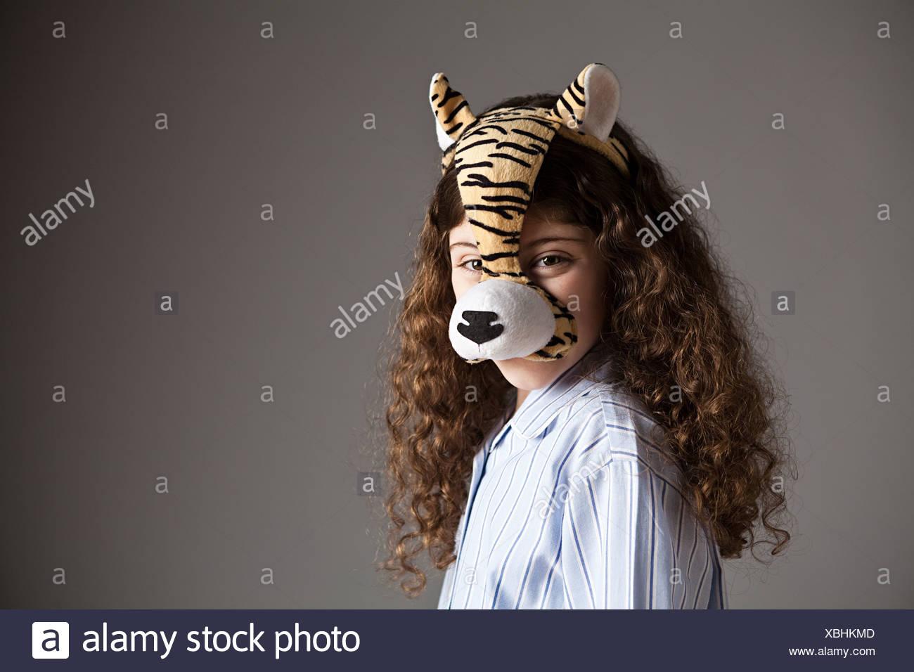 Giovane ragazza che indossa la maschera della tigre Immagini Stock