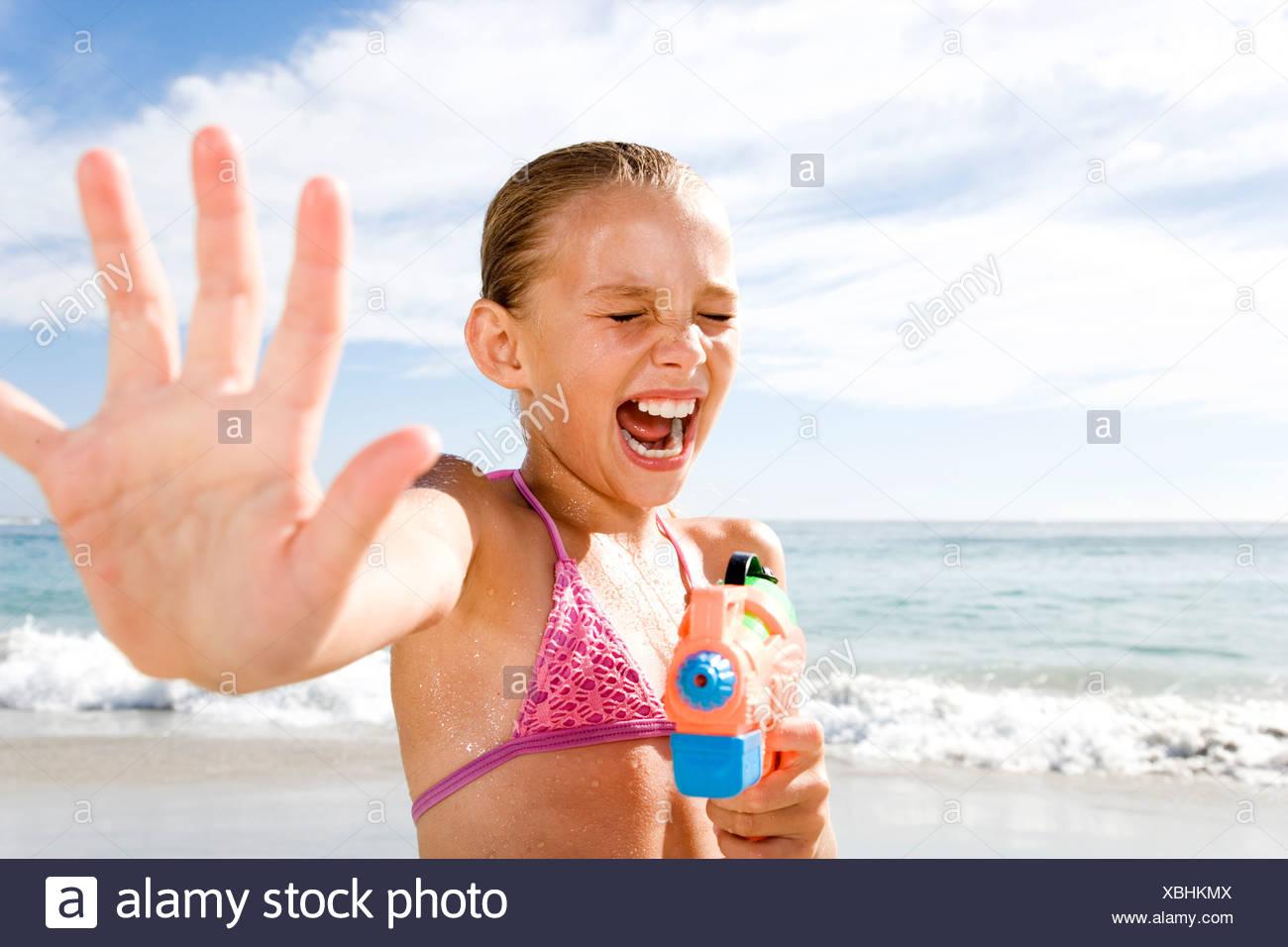 Una giovane ragazza giocando sulla spiaggia Immagini Stock