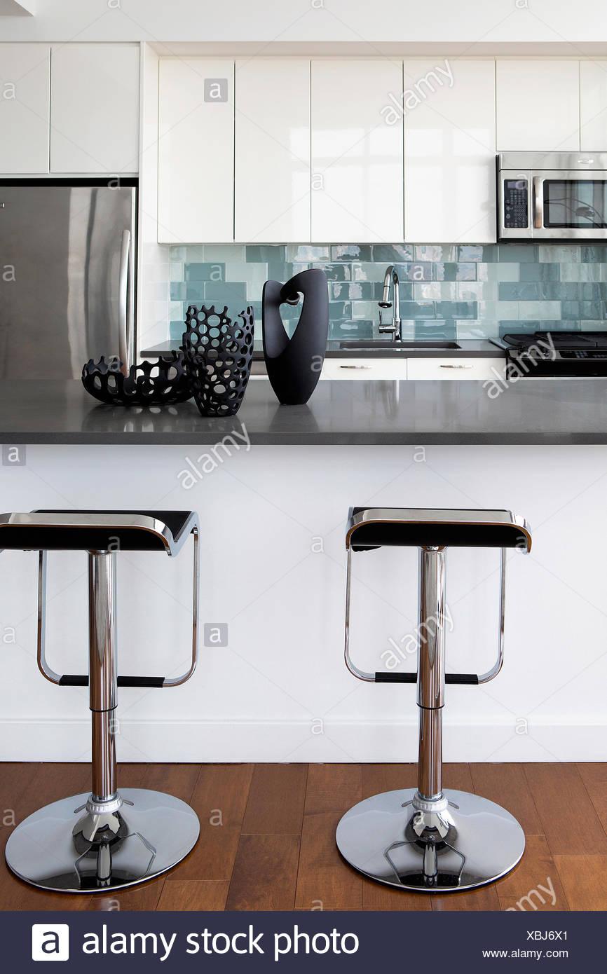 Cucina Moderna Con Sgabelli.Cucina Moderna Contatore Con Sgabelli Foto Immagine Stock