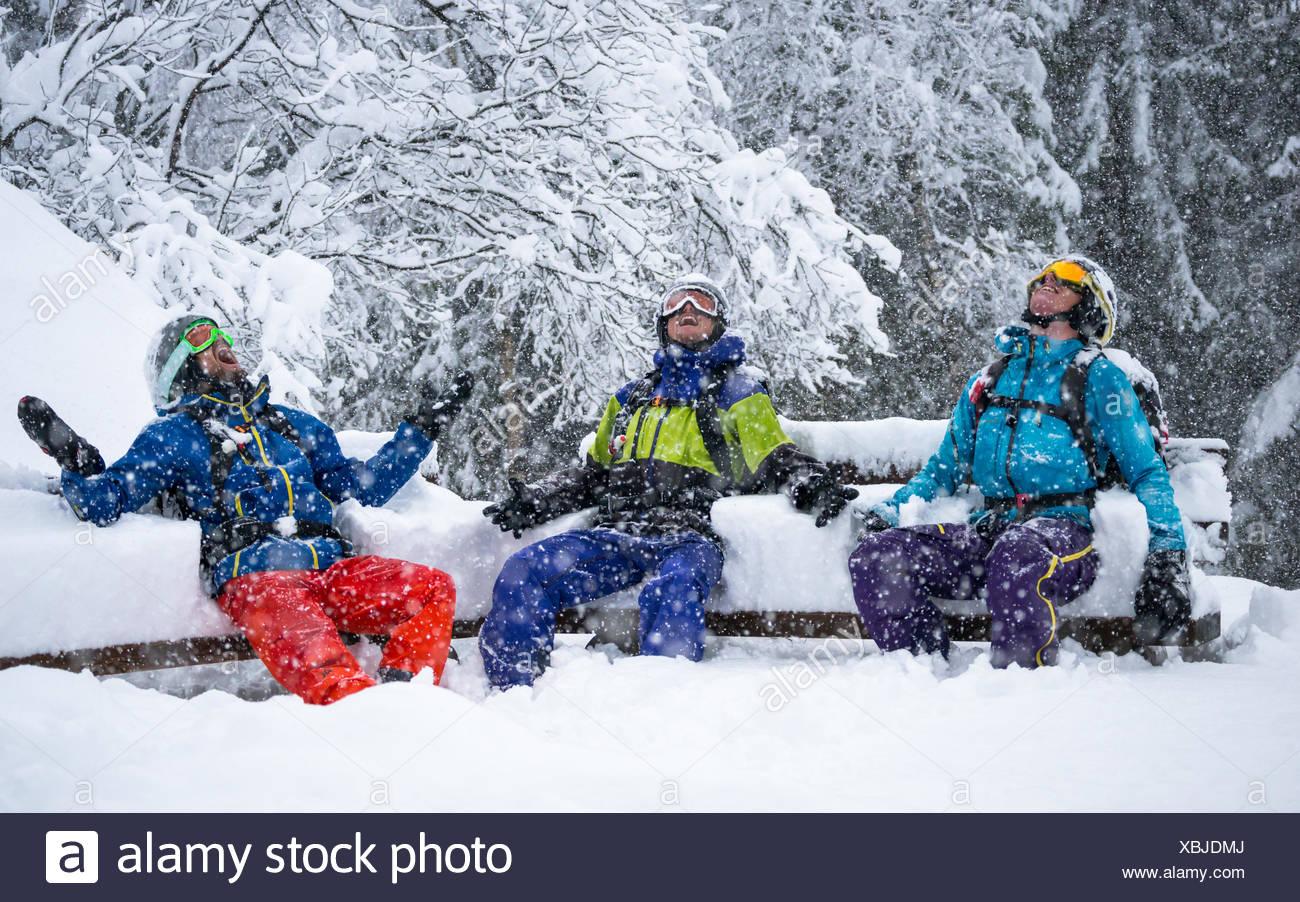 Ritratto di 3 sciatori godendo di forti nevicate Immagini Stock