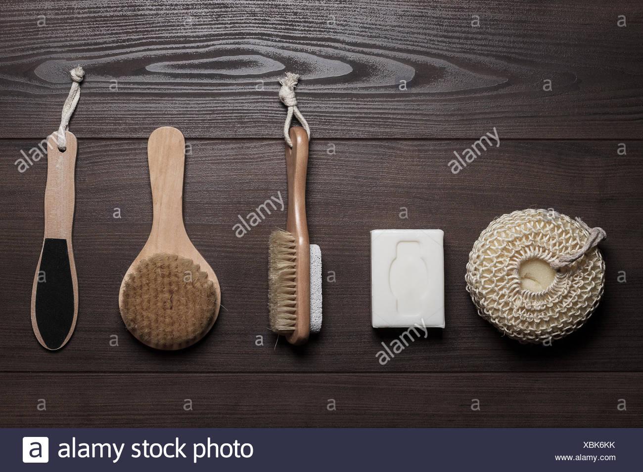 Accessori Bagno Marrone : Accessori per il bagno su il marrone di sfondo di legno foto