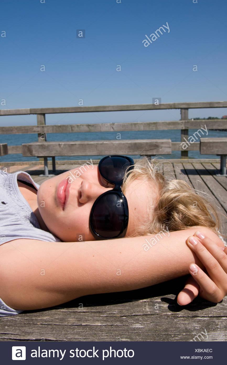 Adolescente,occhiali da sole,suns Foto Stock