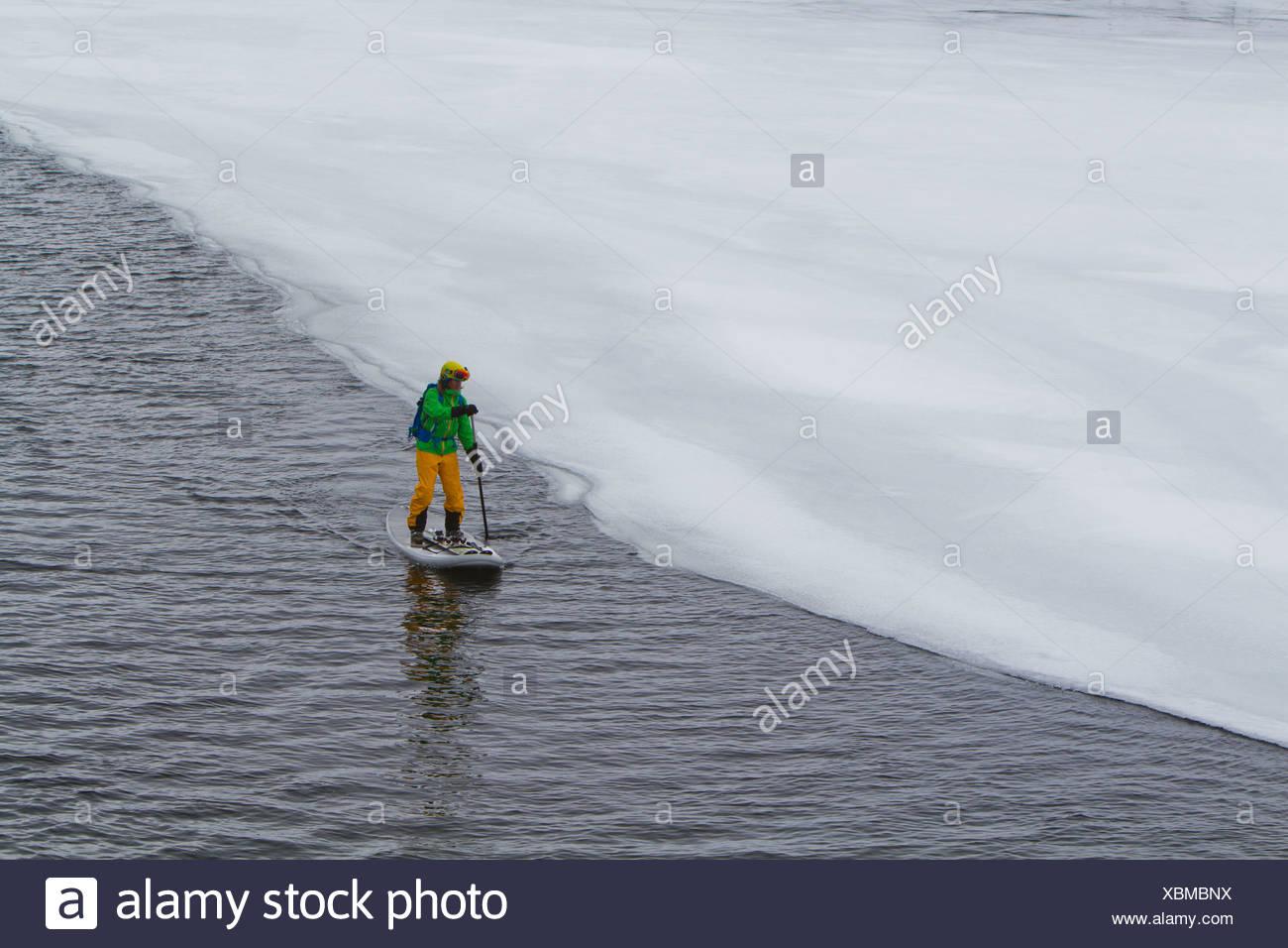 Norvegia Narvik, uomo maturo paddling in oceano polare Immagini Stock