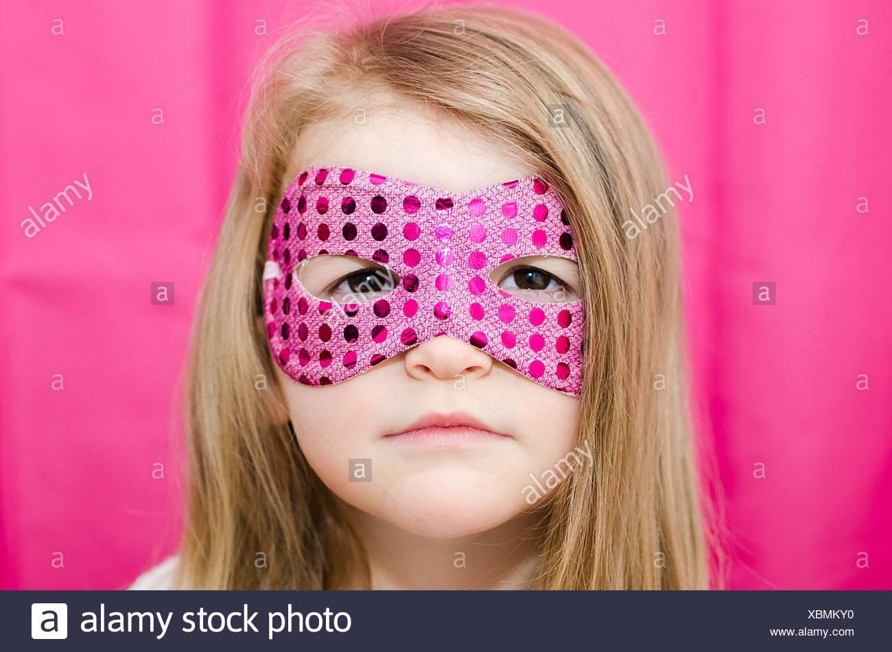 Ritratto di una ragazza che indossa una maschera di supereroi Immagini Stock