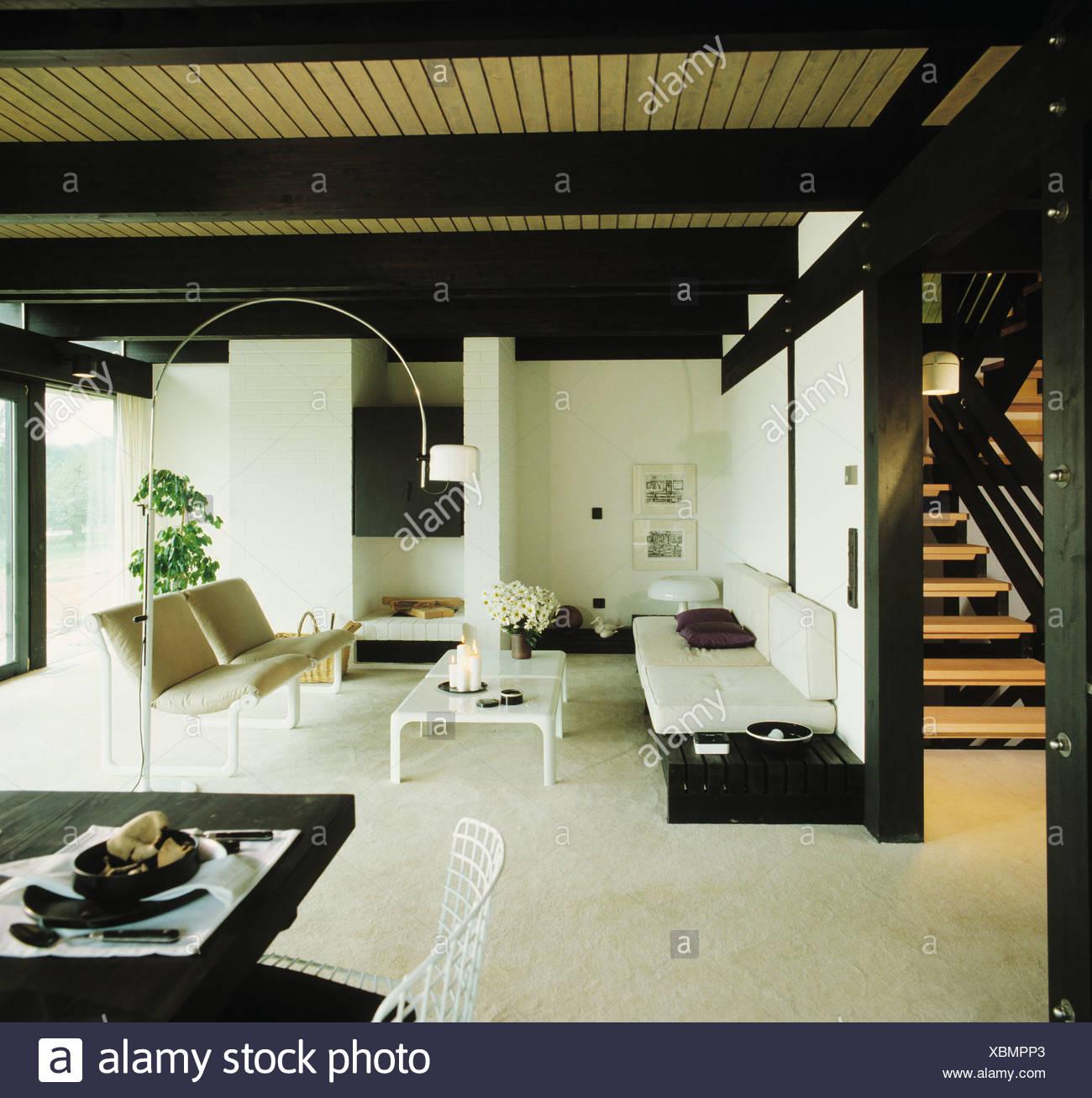 Divano bianco e la tabella nella moderna openplan soggiorno e sala ...