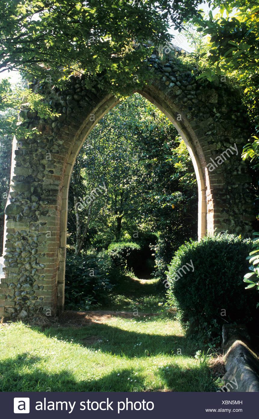 Rovina gotica nel selvaggio ambiente da giardino Mannington Hall giardino Norfolk Immagini Stock