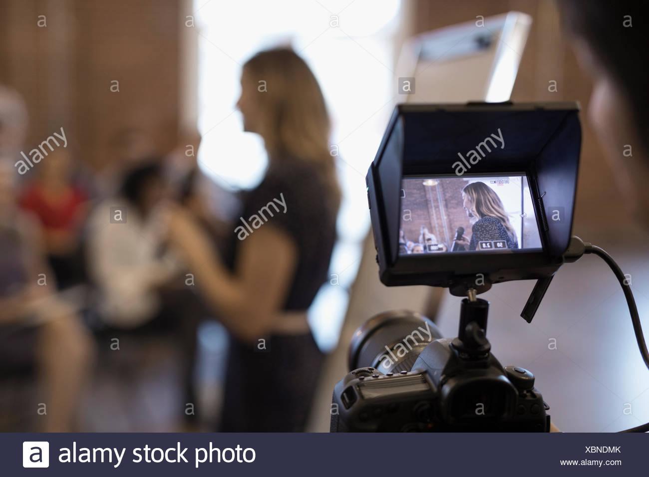 Mirino digitale di filmare di imprenditrice principale Conferenza incontro Immagini Stock